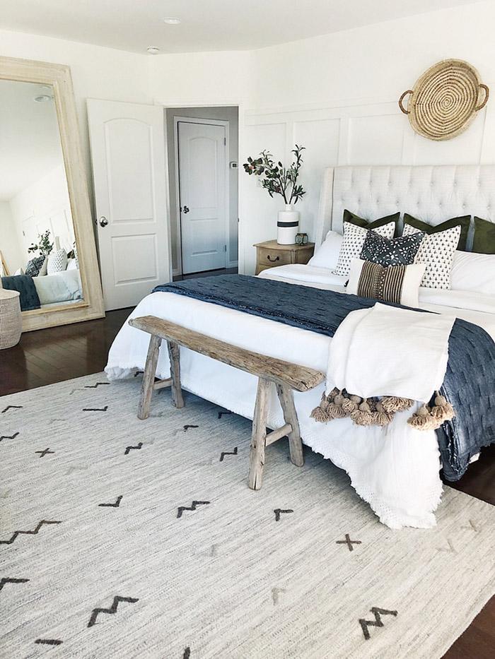 Un banco rústico para decorar el pie de cama