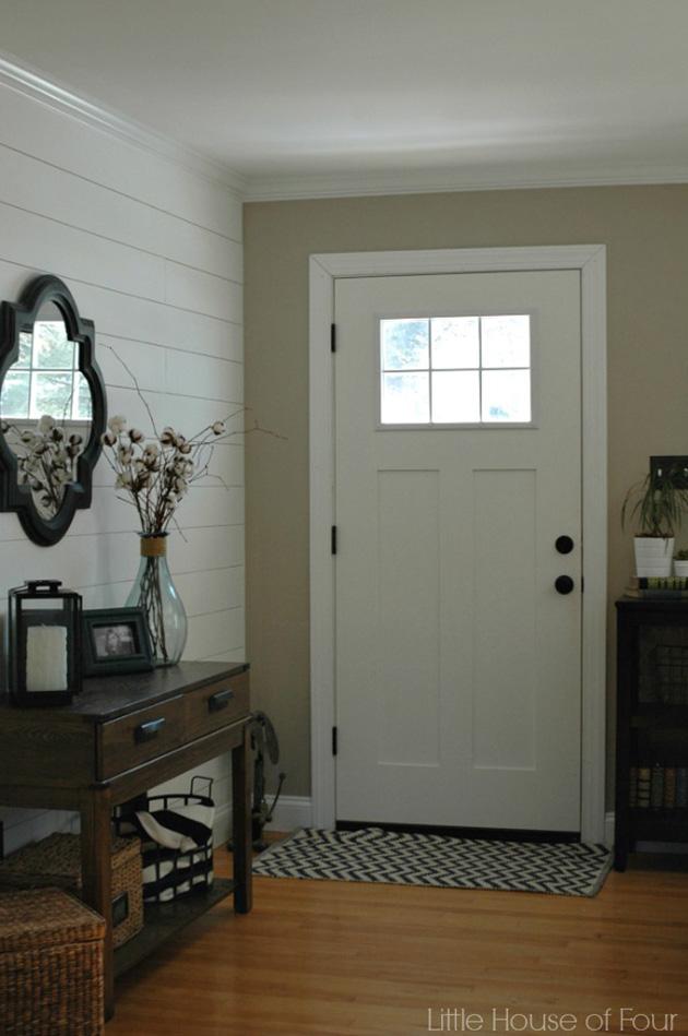 Un recibidor, entrada o entradita moderna con madera en las paredes