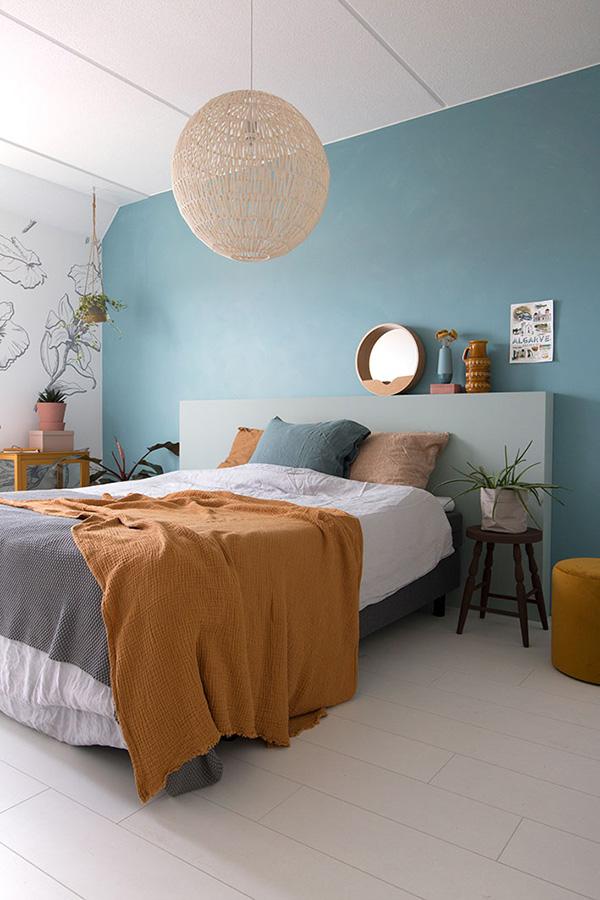 Un dormitorio pintado y decorado de azul