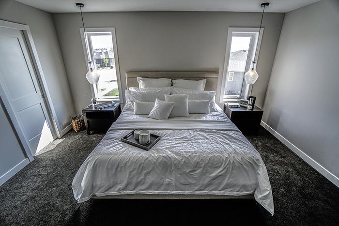 Un dormitorio decorado en tonos neutros