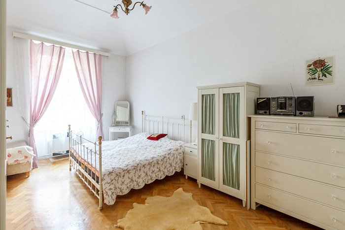 Habitación pintada en blanco hueso