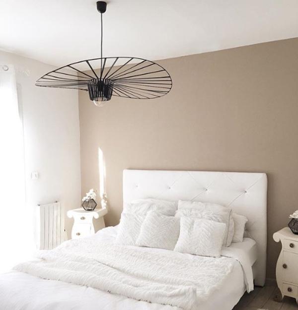 Un dormitorio pintado en tonos tierra, cálido y acogedor