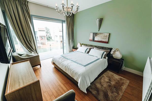 Un dormitorio pintado de verde suave