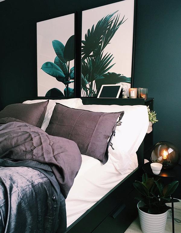 Un dormitorio pintado de verde