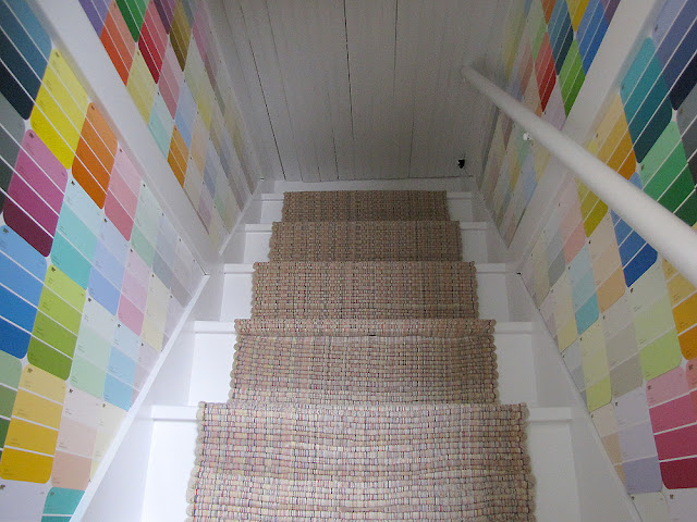 escalera decorada con cartas y muestras de colores