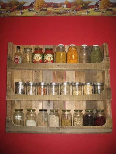 Un especiero para la cocina fabricado con palets de madera
