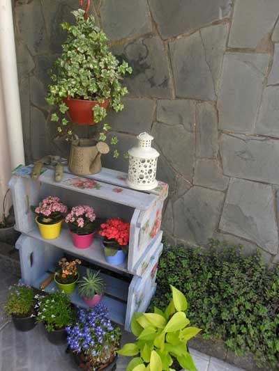 20 ideas para decorar con cajas recicladas mil ideas de for Estanteria jardin plantas