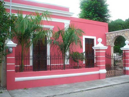 Fachada casa pintada por fuera de rosa