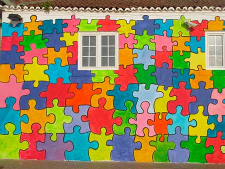 Fachada casa pintada por fuera de puzzle