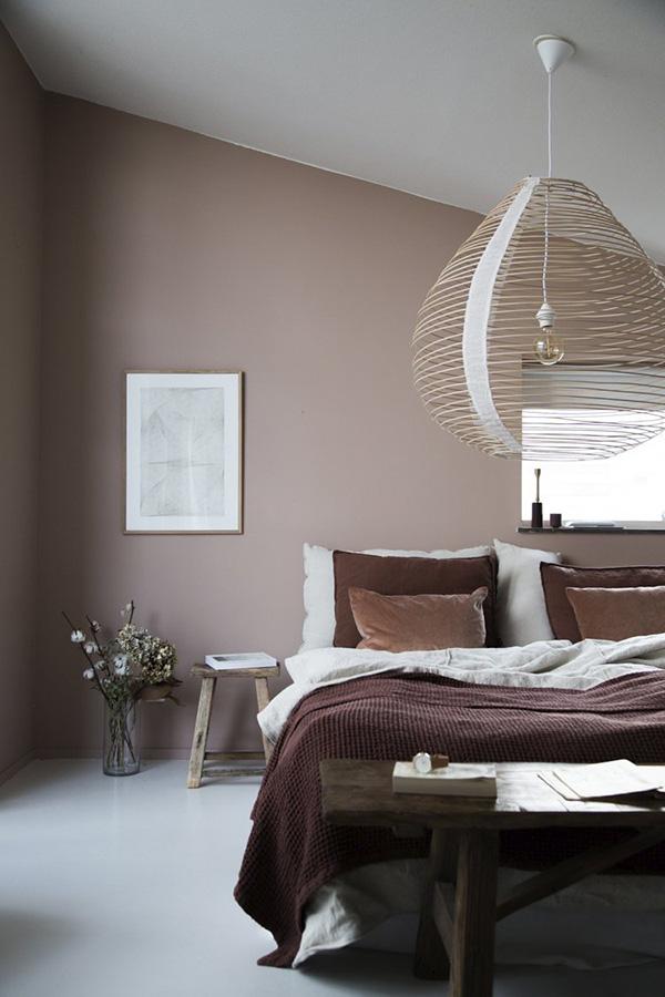 Un dormitorio pintado en color marrón