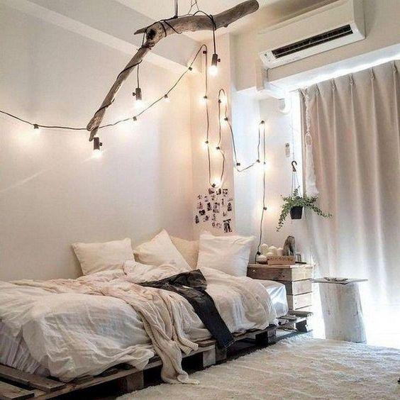 Una guirnalda de luces decorando el dormitorio