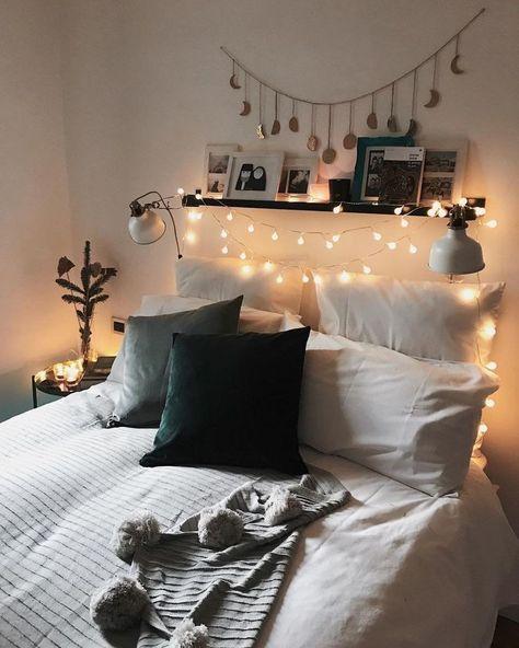 Un cabecero decorado con guirnaldas de luces