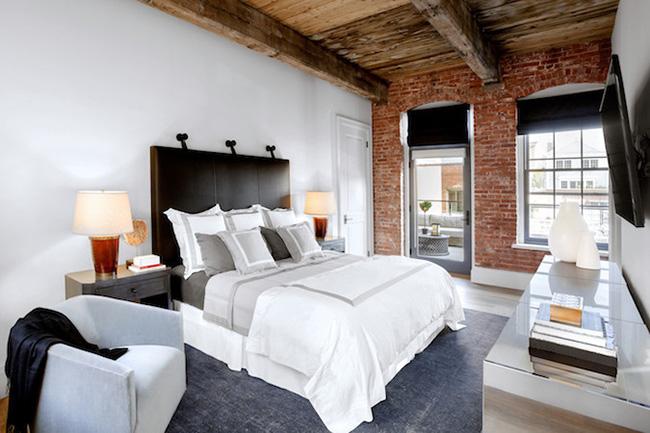 Un dormitorio matrimonial pintado de blanco