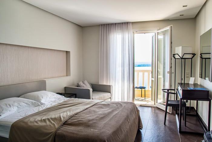 Una habitación pintada en tonos tierra pastel