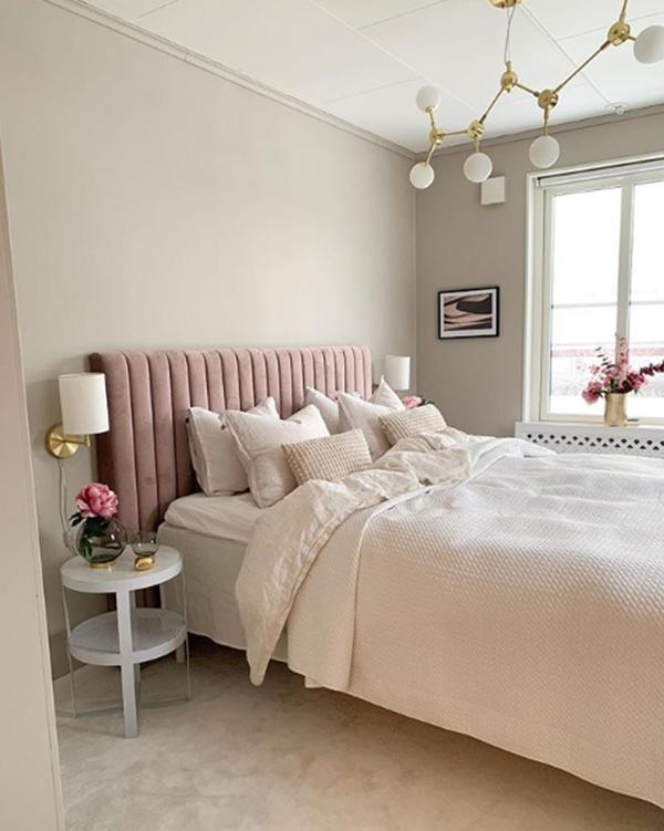 Una habitación pintada en tonos pastel tierra