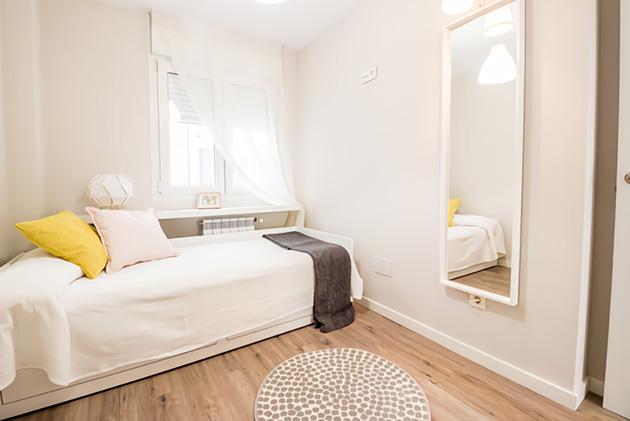 Una habitación pequeña decorada en color hueso