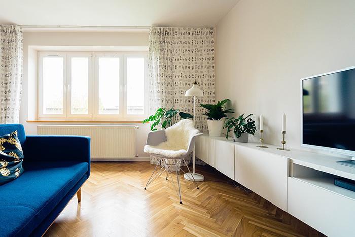 Un salón pintado en blanco hueso