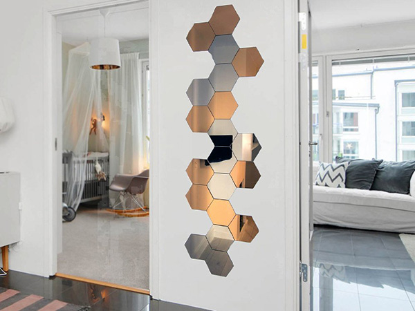 Una pared decorada con espejos hexagonales