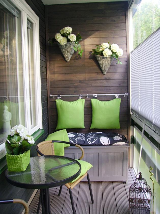 Una terraza pequeña con un banco baúl con espacio de almacenaje