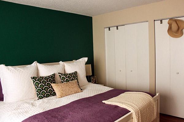 Dormitorio o habitación pintada en dos colores: Verde oscuro y beige