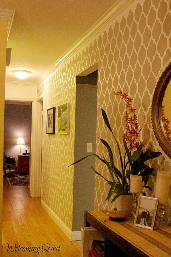 Un pasillo estrecho decorado con plantillas