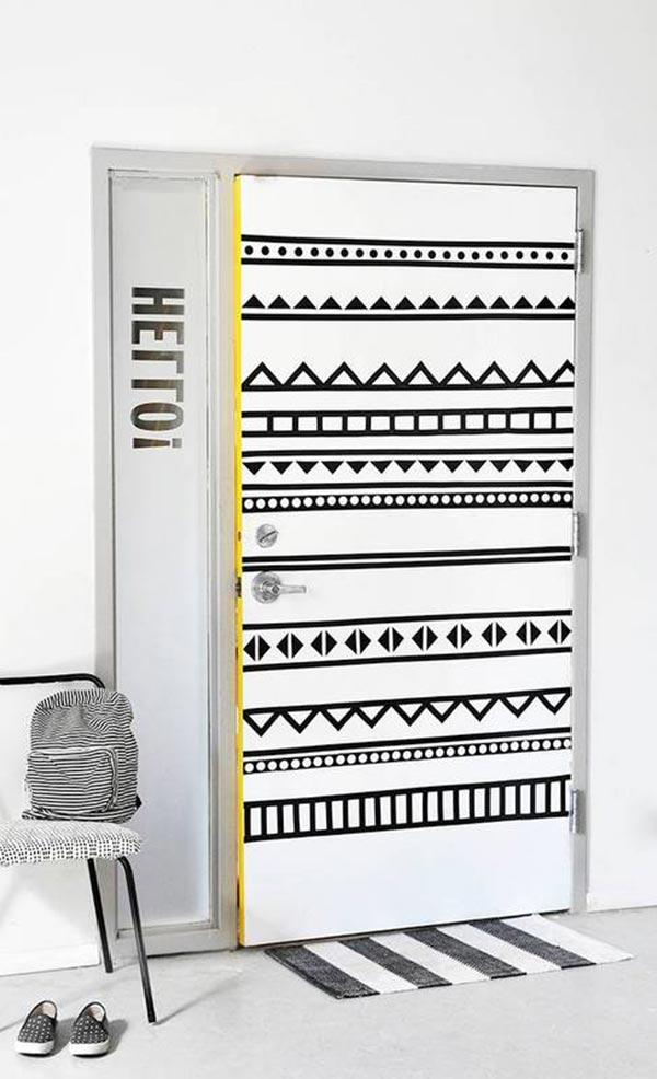 Una puerta decorada con cinta washi tape