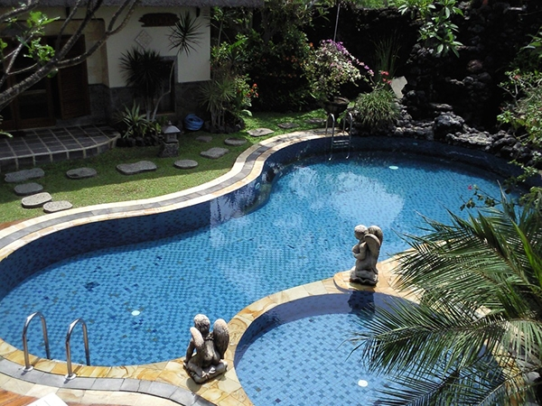 Un jardín con piscina moderno