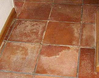 Como limpiar las manchas blancas que salen en el suelo - Como limpiar suelos de barro ...