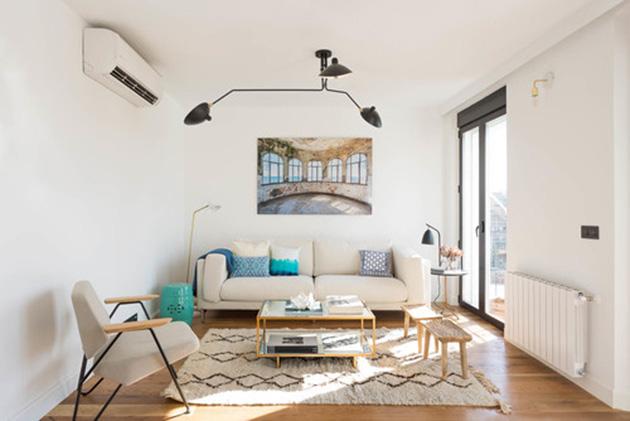 Salón moderno despejado y luminoso