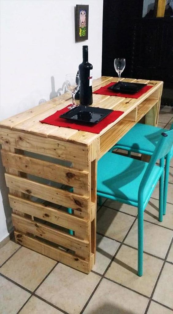 Una mesa de cocina hecha con palets de madera
