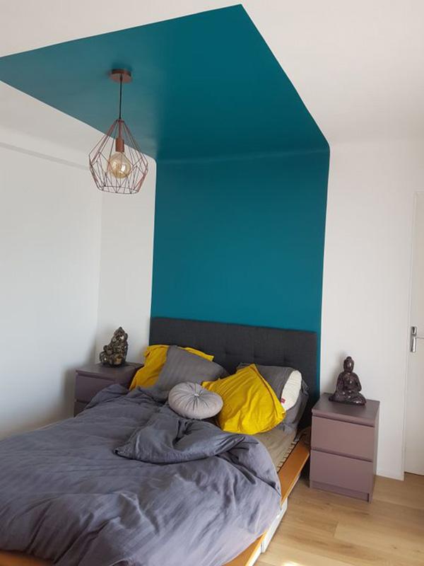 Un dormitorio, cuarto o habitación moderna pintada y decorada en turquesa oscuro