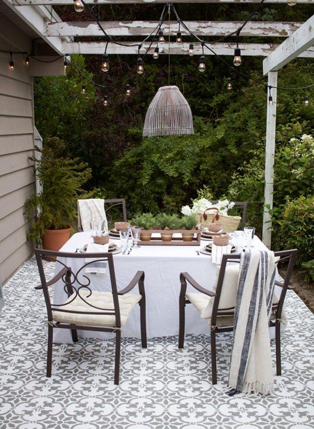 Un patio sin césped con un mosaico de azulejos hidráulicos