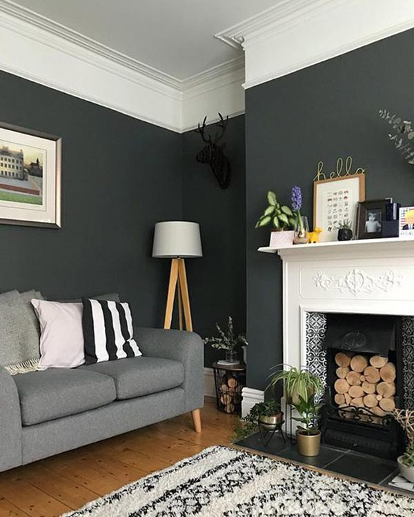 Un salón pintado de negro con madera