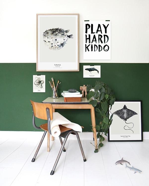 Half painted o una pared a medio pintar con un zócalo verde sobre blanco