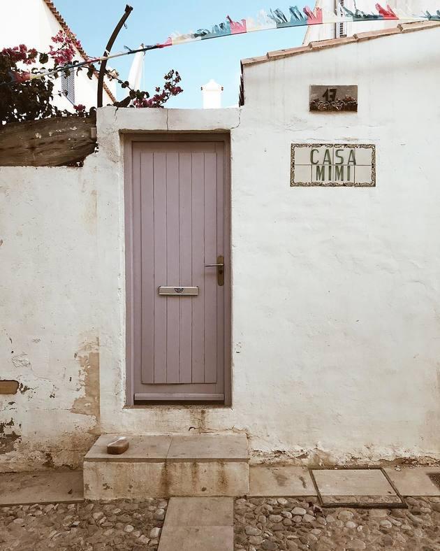 Puerta de entrada o puerta exterior pintada de color lila o lavanda suave