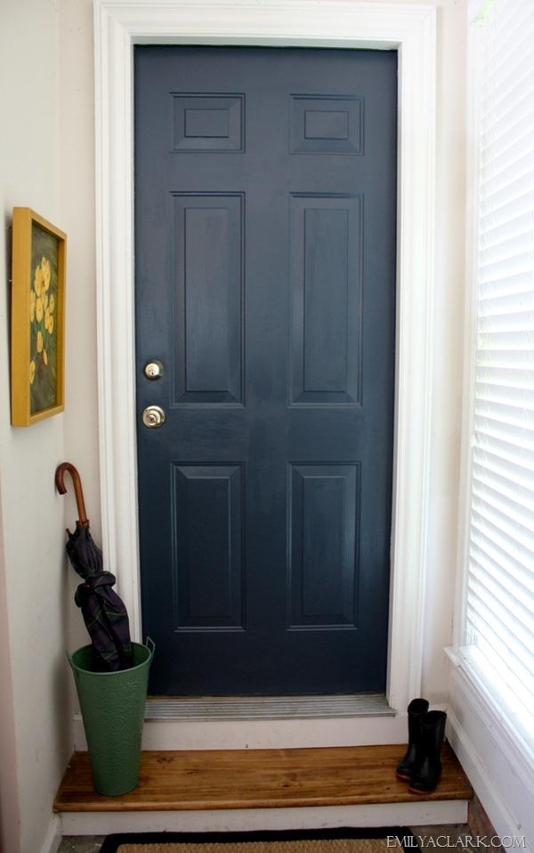 Una puerta pintada de azul oscuro