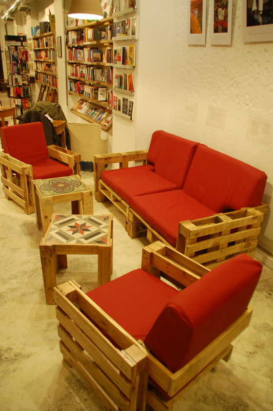 Un sala de estar con muebles hechos de pal s reciclados for Decoracion palets reciclados