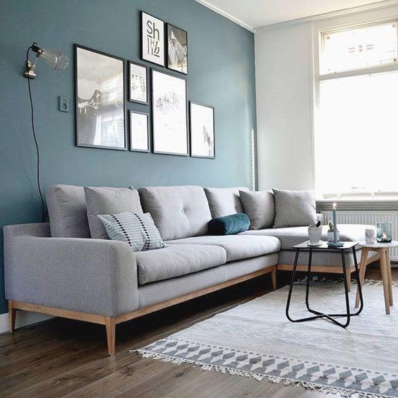 Un salón pintado a dos colores: azul medio y gris