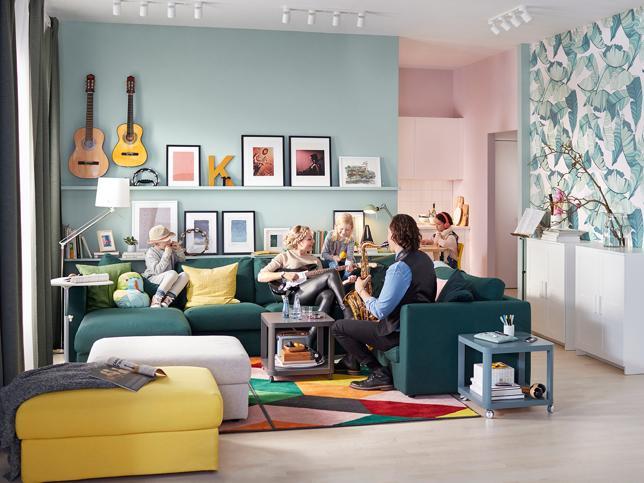 Un salón pintado a dos colores: rosa y azul verdoso