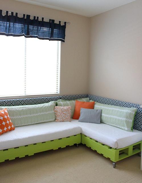 sofá hecho con pales reciclados